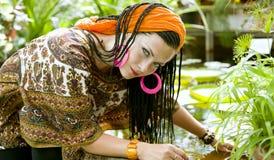Mooie blauw-eyed vrouw met de Afrikaanse vlechten Stock Foto's