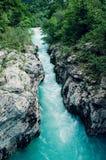 Mooie blauwe aplinerivier Soca, Soca-Vallei, Slovenië, Europa Royalty-vrije Stock Foto's