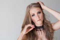 Mooie blauwe de ogenmanier van het meisjesblonde stock afbeelding