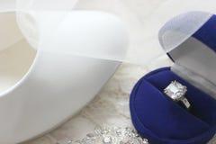 Mooie blauwe doos met trouwring Witte schoenen Witte huwelijksschoenen Bruid` s hoge hielen De prijzen van de bruid Huwelijksjuwe royalty-vrije stock afbeelding