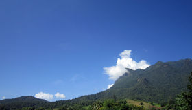 Mooie blauwe hemel, duidelijke hemel witte wolk en berg stock afbeelding