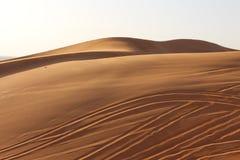 Mooie blauwe hemel in een verlaten het verschuiven Zandwoestijn Royalty-vrije Stock Foto's