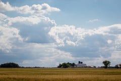 Mooie blauwe hemel en van het schurenlandbouwbedrijf scène in landelijk Illinois stock foto