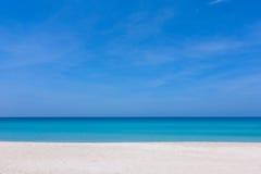 Mooie blauwe hemel en wit zand bij een strand Stock Afbeelding