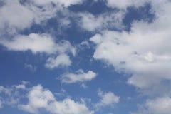 Mooie blauwe hemel en witte wolken Stock Afbeeldingen