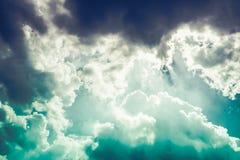 Mooie blauwe hemel met bewolkt De achtergrond van de aard In openlucht op s Royalty-vrije Stock Foto