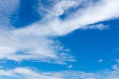 Mooie blauwe hemel met bewolkt De achtergrond van de aard outdoors stock fotografie