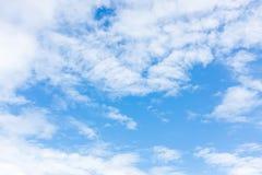Mooie blauwe hemel met bewolkt De achtergrond van de aard outdoors royalty-vrije stock fotografie