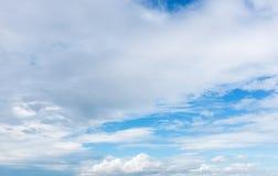 Mooie blauwe hemel met bewolkt De achtergrond van de aard outdoors Royalty-vrije Stock Afbeeldingen