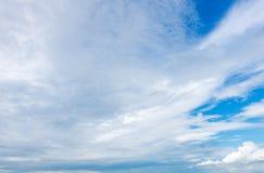 Mooie blauwe hemel met bewolkt De achtergrond van de aard outdoors stock foto