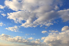 Mooie blauwe hemel met grijze, witte wolken Royalty-vrije Stock Afbeelding