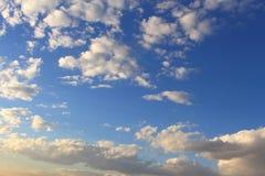 Mooie blauwe hemel met grijze, witte wolken Royalty-vrije Stock Fotografie