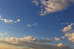 Mooie blauwe hemel met grijze, witte wolken Royalty-vrije Stock Foto's