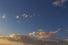 Mooie blauwe hemel met grijze, witte wolken Stock Foto