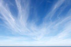 Mooie blauwe hemel met witte Cirruswolken Stock Afbeeldingen