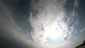 Mooie blauwe hemel met witte wolken stock footage