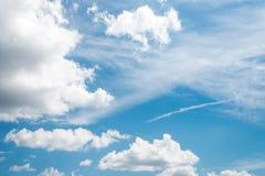 Mooie blauwe hemel met wolk royalty-vrije stock afbeeldingen
