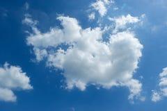 Mooie blauwe hemel met wolken Royalty-vrije Stock Foto