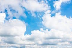 Mooie blauwe hemel met wolken De achtergrond van de aard outdoors stock fotografie