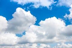 Mooie blauwe hemel met wolken De achtergrond van de aard outdoors stock foto's