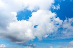 Mooie blauwe hemel met wolken De achtergrond van de aard outdoors stock afbeeldingen