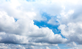 Mooie blauwe hemel met wolken De achtergrond van de aard outdoors royalty-vrije stock afbeeldingen