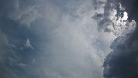 Mooie blauwe hemel met zonnestralen en wolken timelapse stock video