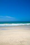 Mooie blauwe hemelen en warme tropische overzees Stock Foto's