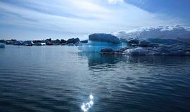 Mooie blauwe ijsberg Stock Foto's