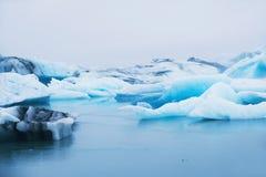 Mooie blauwe ijsbergen in de ijzige lagune van Jokulsarlon, IJsland Royalty-vrije Stock Foto's