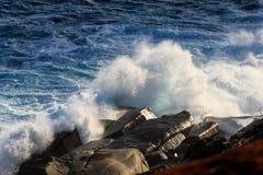 Mooie Blauwe krachtige oceaangolf met plonsen De achtergrond van golven Hoogtegetijde stock foto