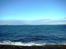 Mooie blauwe overzees ergens in Ierland stock foto