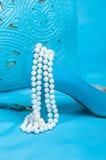 Mooie blauwe schoenen en handtas, parels Royalty-vrije Stock Fotografie