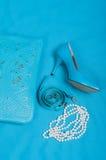 Mooie blauwe schoenen en handtas, parels Stock Foto's