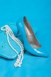 Mooie blauwe schoenen en handtas, parels Stock Foto