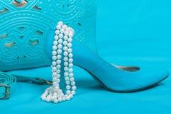Mooie blauwe schoenen en handtas, parels Stock Afbeeldingen