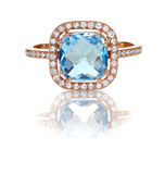 Mooie Blauwe Topaas en diamant Rose Gold Halo Ring Stock Foto