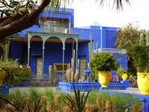 Mooie Blauwe Villa in de Marokkaanse Stijltuin, Marrakech, Marokko Stock Afbeeldingen