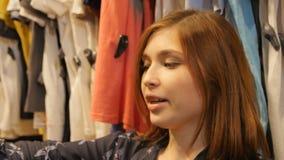 Mooie Blije Jonge Dame Chooses Fashionable Blouses stock footage
