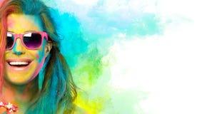 Mooie blije jonge vrouw die het Holi-festival vieren Kleurenfestival Het concept van de schoonheidslente royalty-vrije stock fotografie
