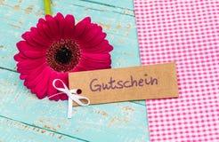 Mooie bloem met giftmarkering met Duitse woord, Gutschein, middelenbon of coupon voor Verjaardag of Verjaardag stock afbeeldingen