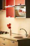 Mooie bloem op lijst in moderne keuken Royalty-vrije Stock Foto's