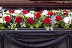 Mooie bloemdecoratie van de doodskist Begrafenis, afscheidsceremonie stock foto's