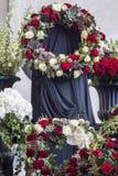Mooie bloemdecoratie van de doodskist, close-up Begrafenis, afscheidsceremonie stock afbeelding