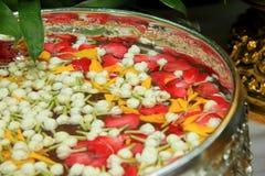 Mooie bloemen die in water drijven. Stock Fotografie
