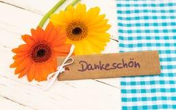 Mooie bloemen en kaart met Duits woord, Dankeschoen, middelendank stock afbeeldingen