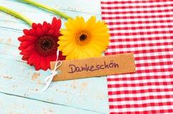 Mooie bloemen en kaart met Duits woord, Dankeschoen, middelendank royalty-vrije stock foto