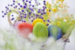 Mooie bloemen en paaseierenmand royalty-vrije stock foto