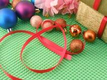 Mooie bloemen, giften en Kerstmisbal Royalty-vrije Stock Foto's