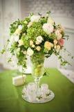 Mooie bloemen op lijst in huwelijksdag royalty-vrije stock afbeeldingen